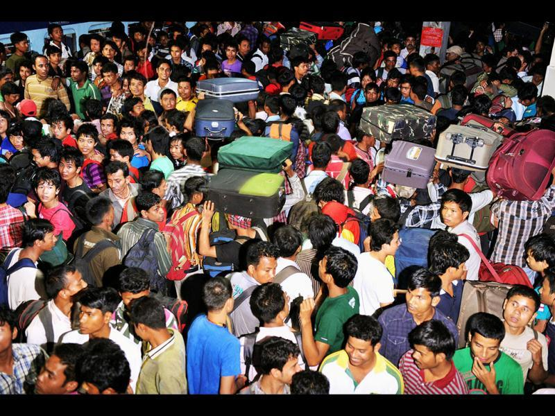 Gripped by rumour fuelled fears of impending attacks on them, people from northeast continued to flee Bangalore with hundreds thronging the railway station and heading back home. UNI photo