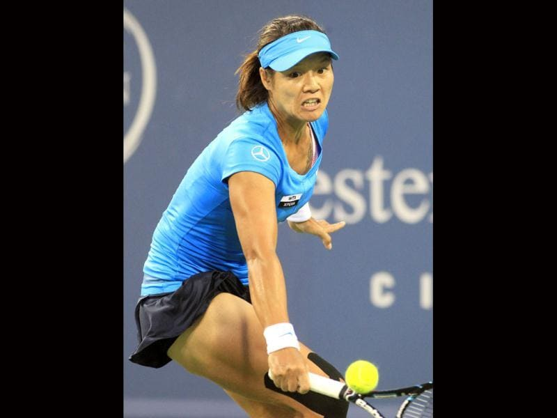Li Na, from China, hits a backhand to Venus Williams, of the United States, during a semifinal at the Western Southern Open tennis tournament, in Mason, Ohio. (AP Photo/Al Behrman)
