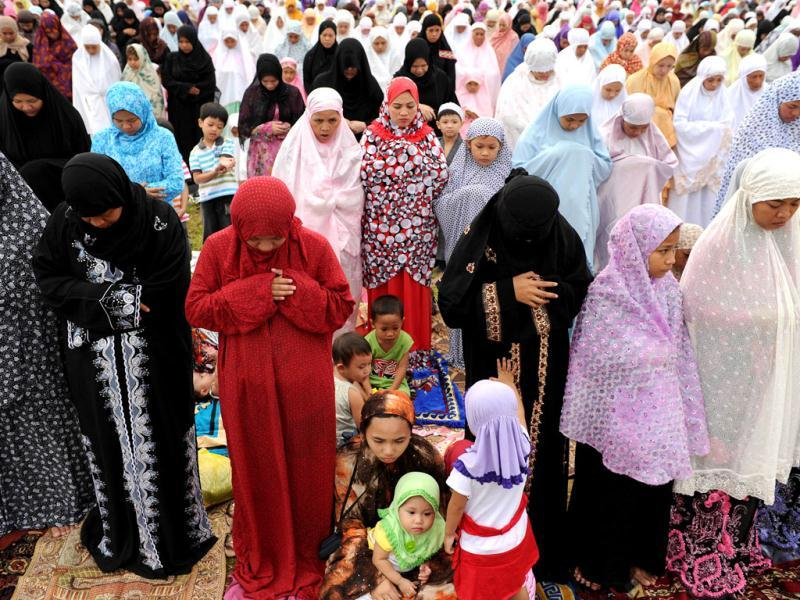 Filipino Muslim women gather to pray celebrating the start of Eid ul-Fitr in Manila. (AFP/Noel Celis)