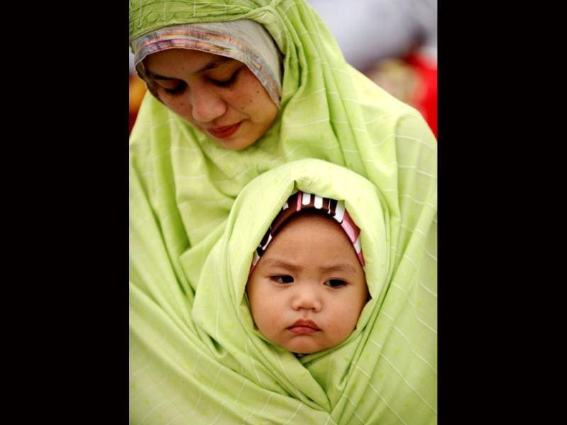 Muslims gather to pray celebrating the start of Eid ul-Fitr in Manila. (AFP/Noel Celis)