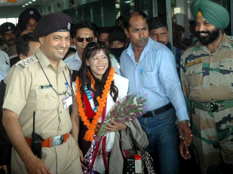 Olympic-2012 bronze medalist Mary Kom being welcome at Tulihal Airport in Imphal. UNI