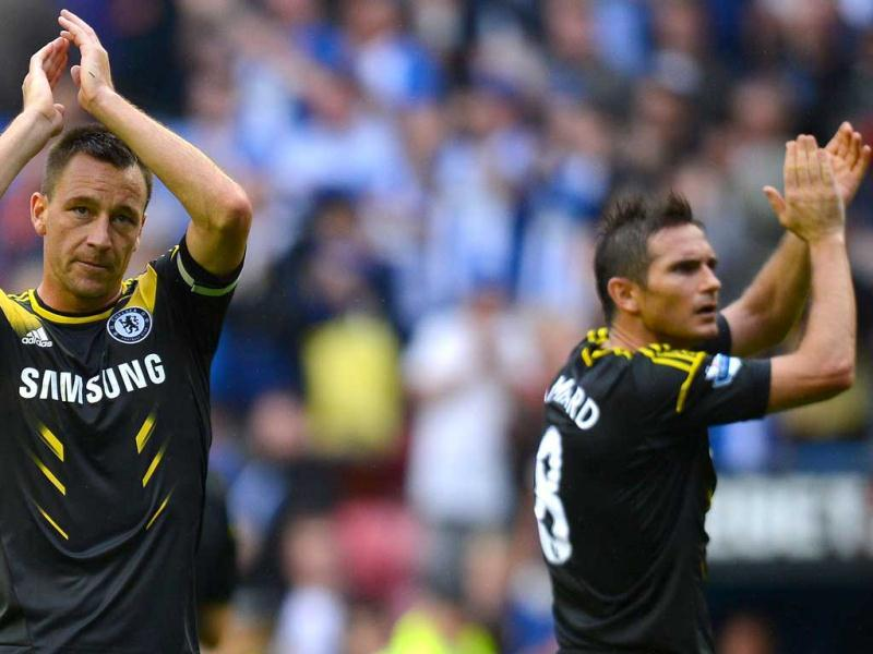 Chelsea's English defender John Terry (L) and Chelsea's English midfielder Frank Lampard leave the pitch at the final whistle after the English Premier League football match between Wigan Athletic and Chelsea at The DW stadium in Wigan, north-west England. (AFP Photo)