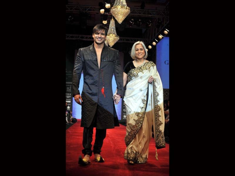 Vivek Oberoi walks the ramp with his mother for Gitanjali's BETI Foundation in designer Vikram Phadnis attire. (Photo: AFP)