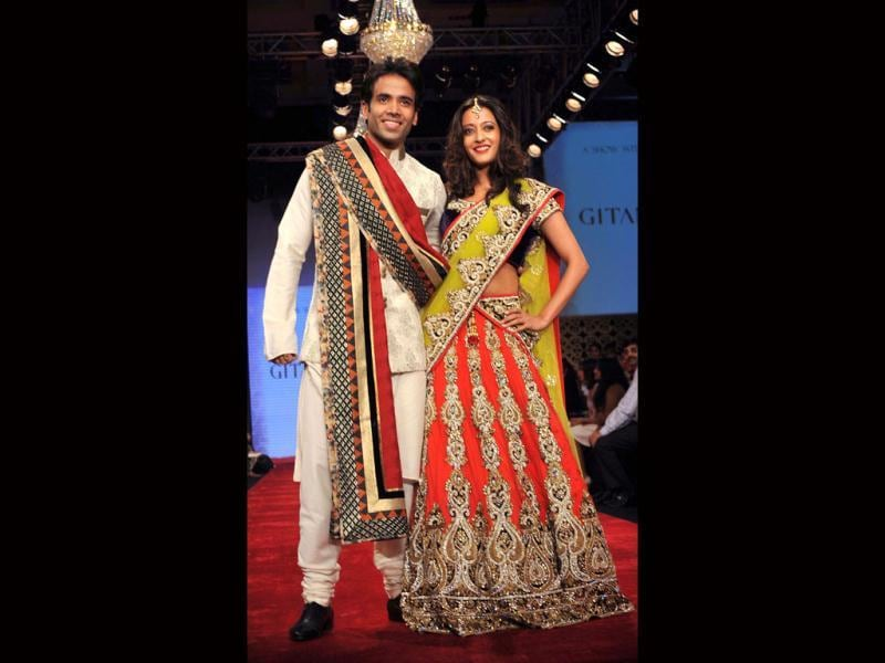 Tusshar Kapoor and Raima Sen walk the ramp for Gitanjali's BETI Foundation on the first day of IIJW 2012. (Photo: AFP)