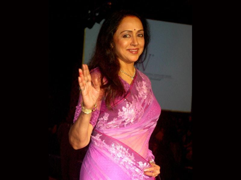 Hema Malini at her graceful best during India International Jewellery Week 2012. (Photo: AFP)