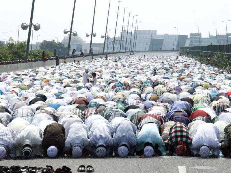 Devotees offer Namaz on the occasion of Eid-ul-fitr, in Gurgaon. Photo by Manoj Kumar/Hindustan Times