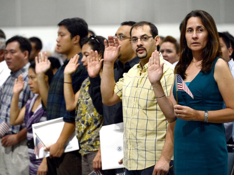 US citizenship candidates take the oath of citizenship at a naturalization ceremony at the Los Angeles Convention Center in Los Angeles, California. Nearly 7,800 candidates became citizens representing more than 100 countries. (AFP Photo)