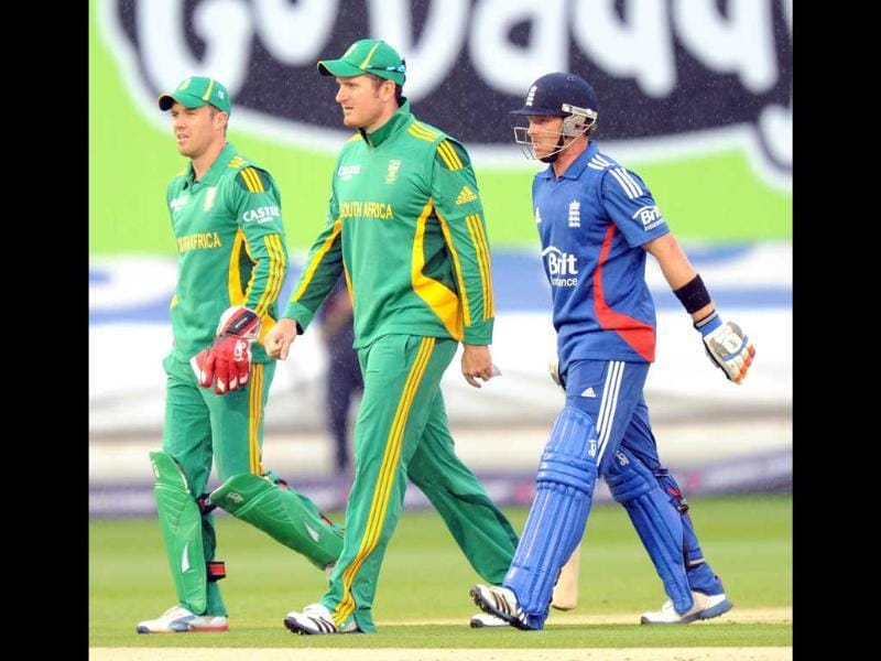 England's Ian Bell (R) walks off talking to South Africa's Greame Smith (C) and AB de Villiers after rain stops play during their first one day international cricket match at Swalec Stadium in Cardiff, Wales. AFP/Olly Greenwood