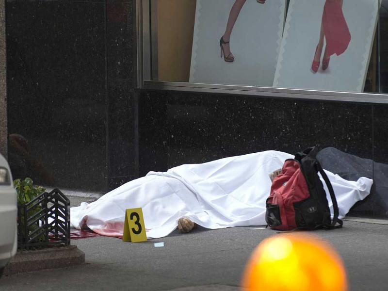 The body of a suspected shooter, who opened fire shooting several bystanders, lies on the street near the Empire State Building in New York. Reuters/Keith Bedford