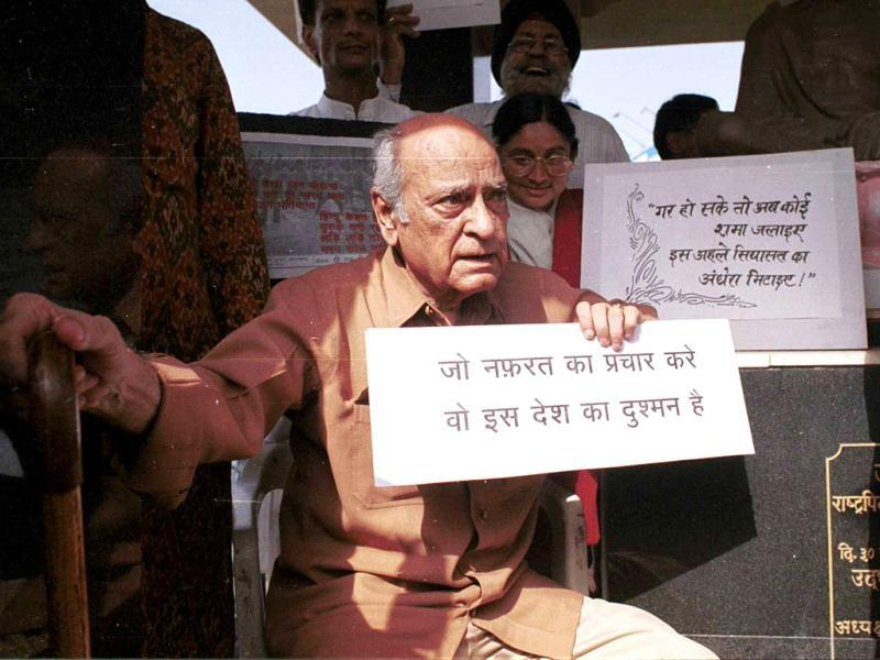AK Hangal with posters during the peace march protest against Gujrat riots.