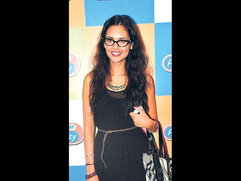 Bollywood actress Esha Gupta was also spotted wearing the cat eye glasses recently at an event.