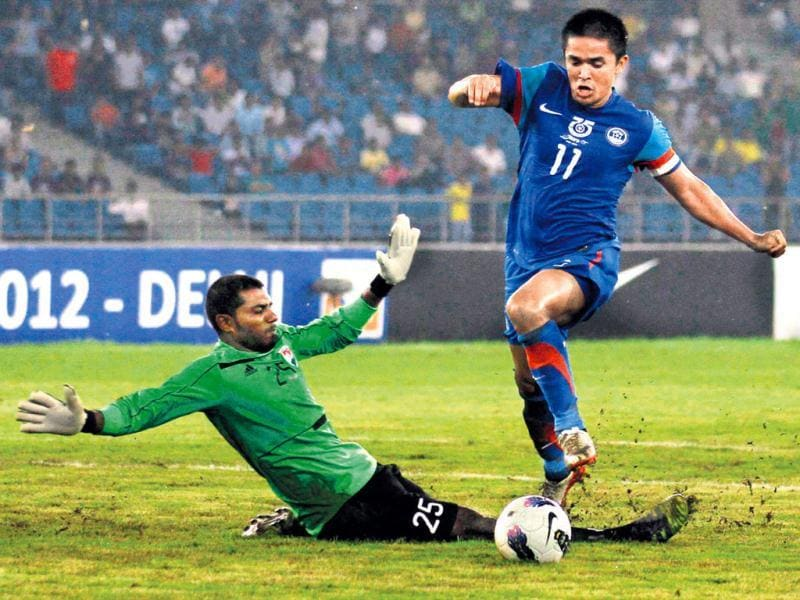 Sunil Chhetri goes past the Maldives goalkeeper during their Nehru Cup match on Saturday. He hit the goalpost on this occasion, but his brace helped India win easily. Virendra Singh gosain/HT photo