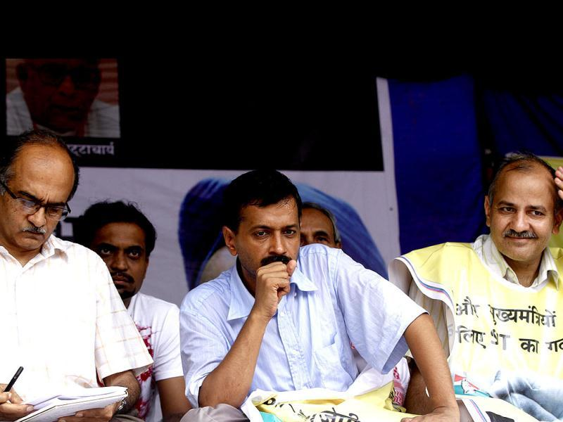 Social activist Arvind Kejriwal (C), Manish Sisodia (R) and Prashant Bhushan during a protest on the coal block allocation issue at Jantar Mantar in New Delhi. HT Photo/Sanjeev Verma