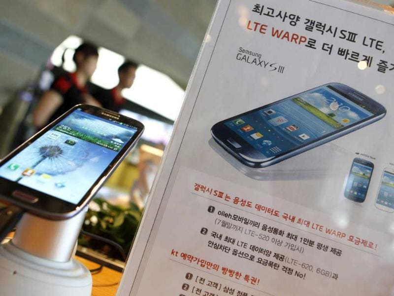 Samsung Electronics' Galaxy S III is displayed at a store in Seoul. (Reuters/Lee Jae-Won)