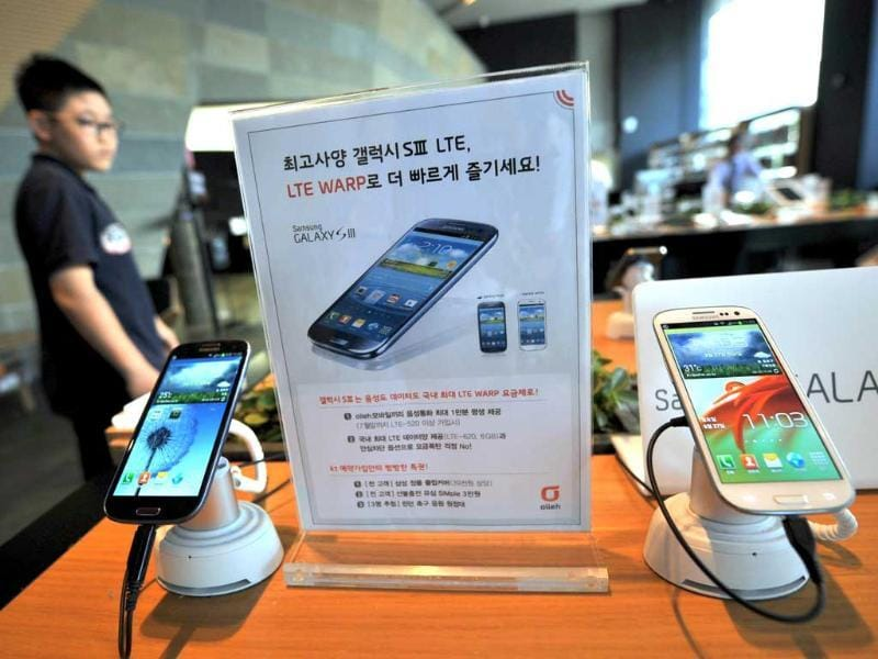 A man walks past Samsung smart phones, Galaxy S3, at a mobile phone shop in Seoul. (AFP Photo/Jung Yeon-Je)