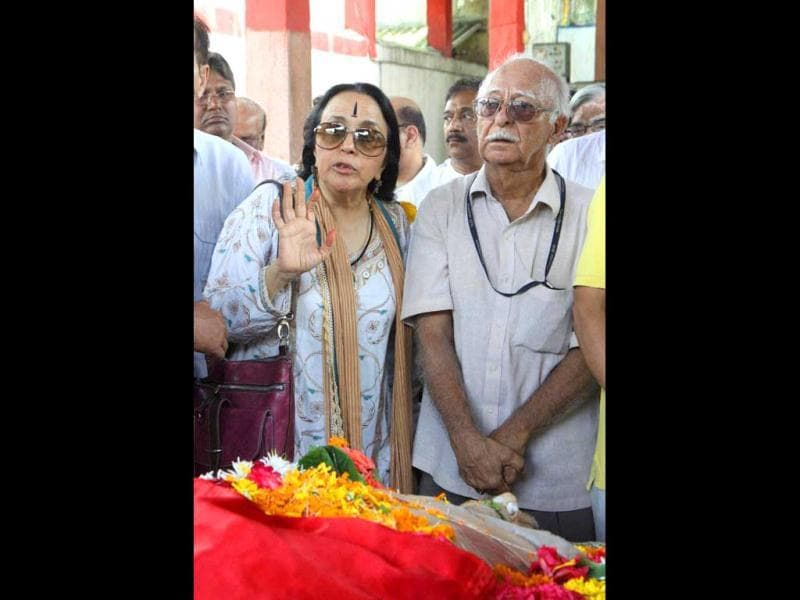 Singer Illa Arun and late actor AK Hangal's son Vijay during the funeral of veteran actor Avtar Kishan Hangal at the Pawan Hans crematorium in Vile Parle, Mumbai. (PTI)