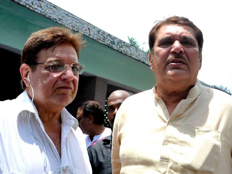 Actors Anil Nagrath and Raza Murad (R) attend the cremation ceremony. (AFP)