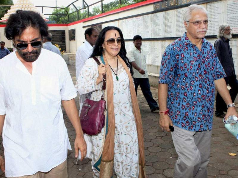 Theatre actors Pawan Malhotra, singer-actress Ila Arun and K K Raina attend funeral of veteran actor Avtar Kishan Hangal at the Pawan Hans crematorium in Vile Parle, Mumbai. (PTI)