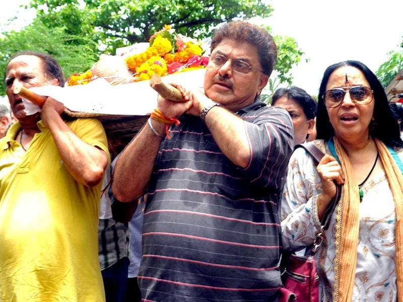 Bollywood actress Illa Arun (R) and director Ashok Pandit (2nd R) participate in the cremation ceremony of late veteran Bollywood actor AK Hangal. (AFP)