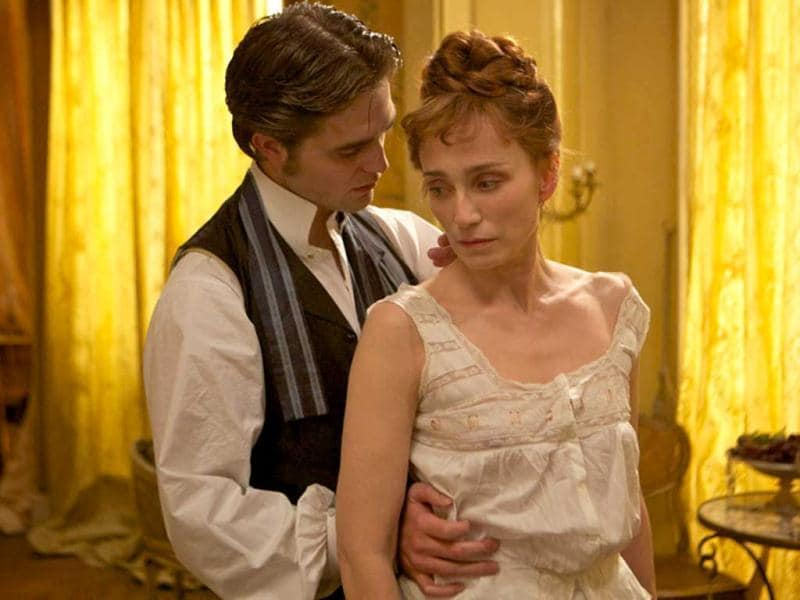 Duroy in an embrace with Virginie Rousset (played by Kristin Scott Thomas).