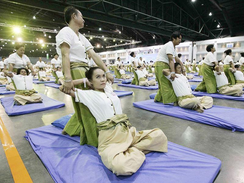 Some 641 Thai masseurs and masseuses perform massages as they establish a new Guinness World Record for Thai massage at an indoor sport arena on the outskirts of Bangkok. The 641 masseurs and masseuses broke a previous record set in 2010 by 236 masseuses in Australia during the event organised to promote the country's famous massage and spa industry. (AFP photo)