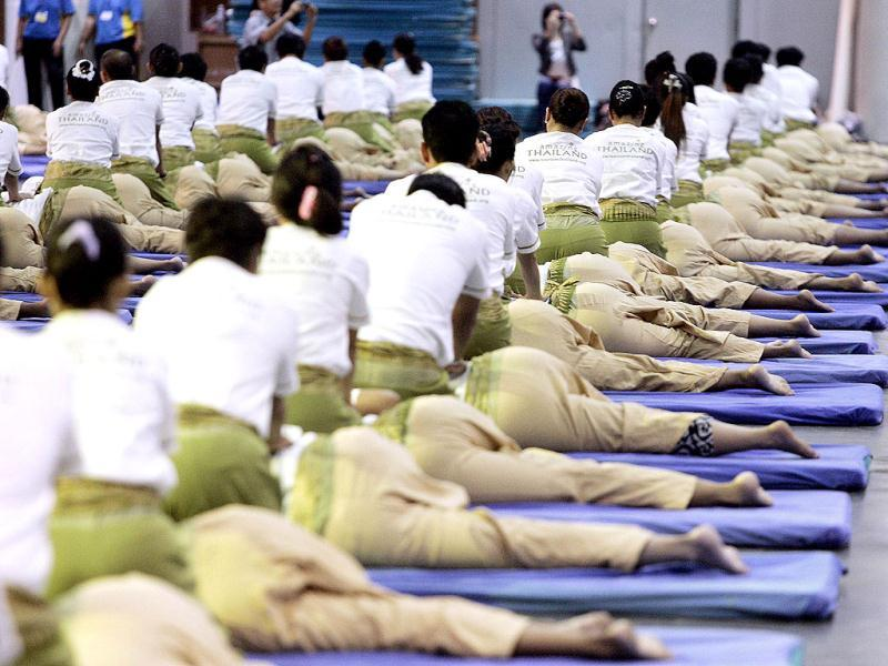Some 641 Thai masseurs and masseuses perform massages as they establish a new Guinness World Record for Thai massage at an indoor sport arena on the outskirts of Bangkok. (AFP photo)