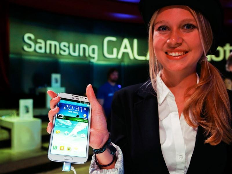 A model poses with the new Samsung Galaxy Note II tablet device during Samsung Mobile Unpacked 2012 event in Berlin's Tempodrom hall ahead of the start of the IFA consumer electronics fair in Berlin, August 29, 2012. The IFA consumer electronics and home appliances fair will open its doors to the public from August 31 till September 5 in the German capital. Reuters/Pawel Kopczynski