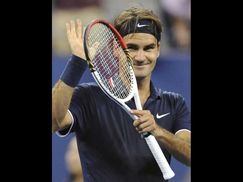 Roger Federer thanks the crowd following his evening win over Bjorn Phau of Germany during their US Open men's singles tennis tournament in New York. (Reuters/Adam Hunger)