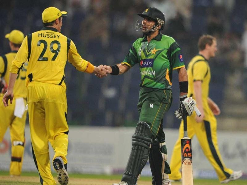 Pakistani captain Misbah-ul Haq (R) shakes hand with Australian cricketer David Hussey after winning the match against Australia at the Abu Dhabi cricket stadium. AFP Photo/Aamir Qureshi