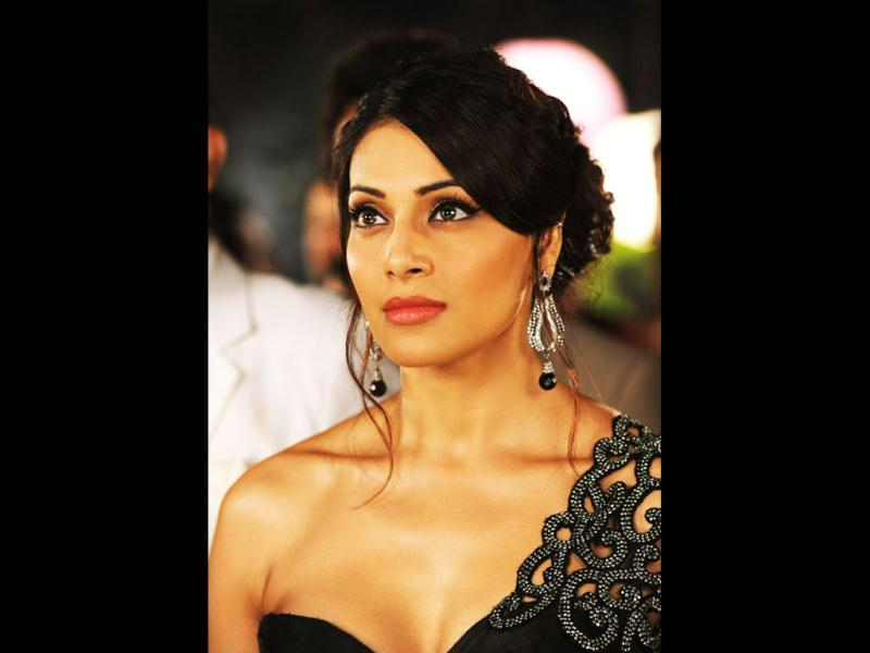 Bipasha Basu portrays Shanaya Kejal, an actress, who uses black magic on a fellow heroine Esha Gupta.