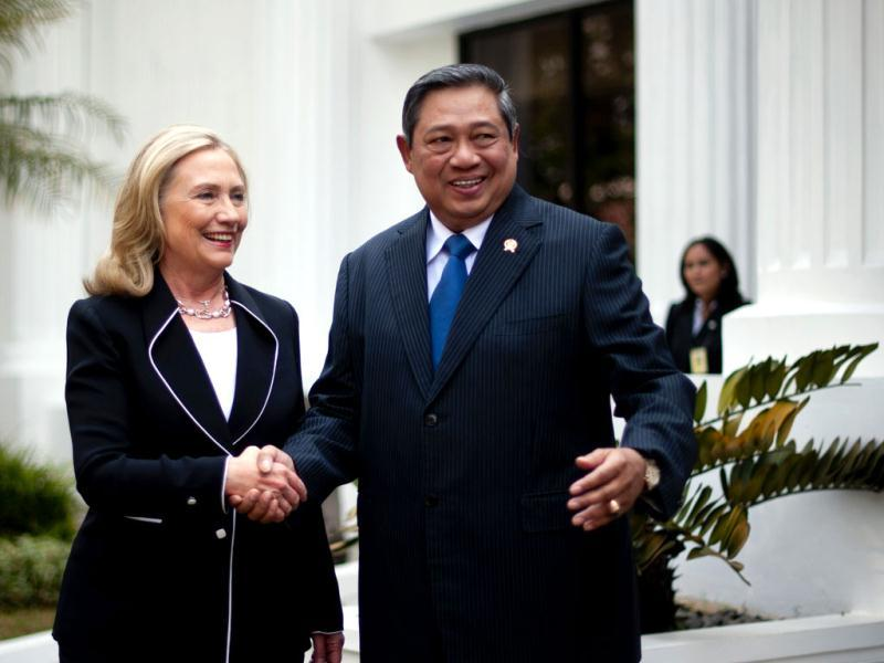 US Secretary of State Hillary Rodham Clinton shakes hands with Indonesian President Susilo Bambang Yudhoyono upon her arrival for a bilateral meeting at the Presidential Palace in Jakarta. AP photo