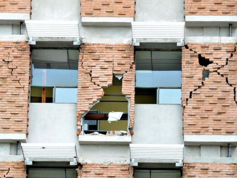 Cracks on the external walls of the Monsenor Sanabria hospital in Puntarenas, 90 km northwest of San Jose. A powerful 7.6-magnitude earthquake struck Costa Rica's Pacific coast. (AFP Photo)