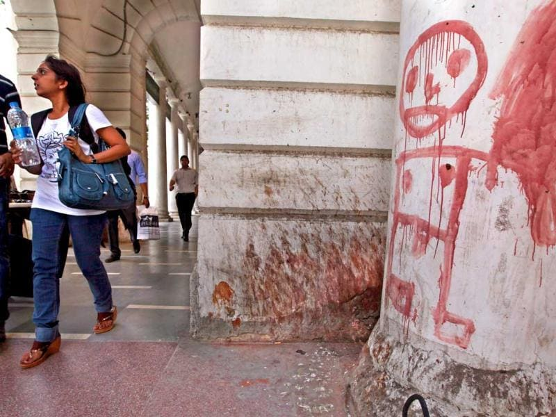 A dirty white pillar is seen in Block-B, Connaught Place. Planners expect to cross the finish line of restoration work in December but stakeholders are sceptical. HT Photo/Raj K Raj