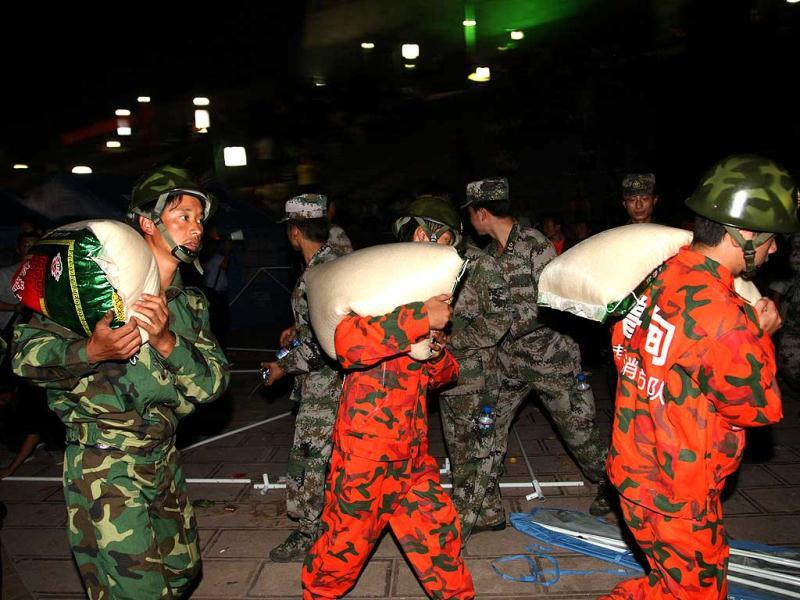 Rescuers unload supplies at an emergency relief center in Yiliang, after two quakes hit on the border of southwestern Yunnan and Guizhou provinces an hour apart. (AFP Photo)
