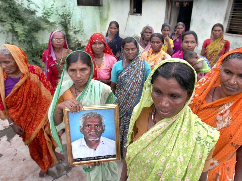 Widows of 14 farmers interact with HT correspondent. Bothbodan village of Yavatmal district has seen 23 suicides. (Photo by Raj K Raj/Hindustan Times)