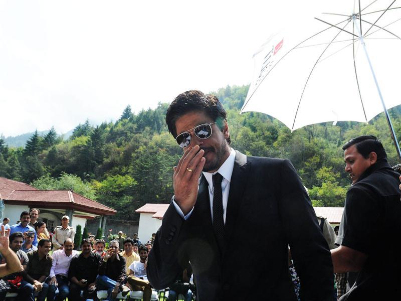 SRK greets his fans at the press conference.