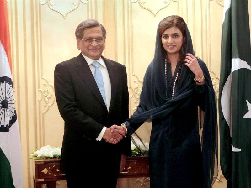 External affairs minister SM Krishna and Pakistan foreign minister Hina Rabbani Khar shake hands during the Indo-Pak delegation-level talks in Islamabad. PTI Photo/Subhav Shukla
