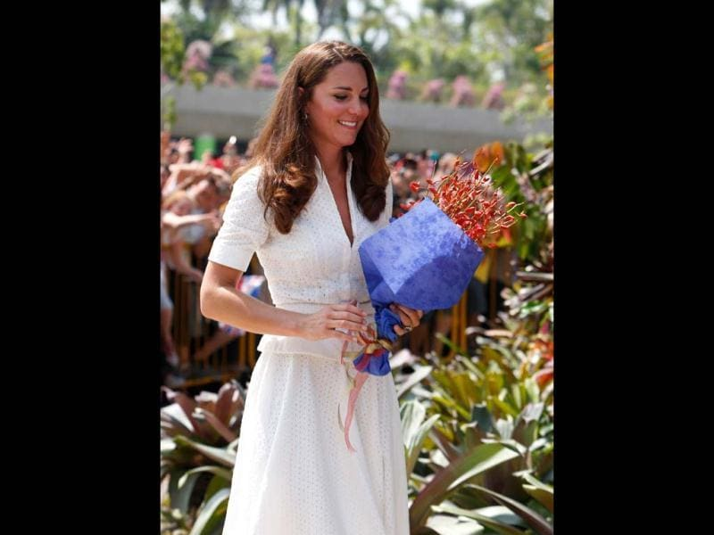 Catherine, the Duchess of Cambridge, leaves after greeting fans at Gardens by the Bay during her visit to Singapore. (AFP/Edgar Su)