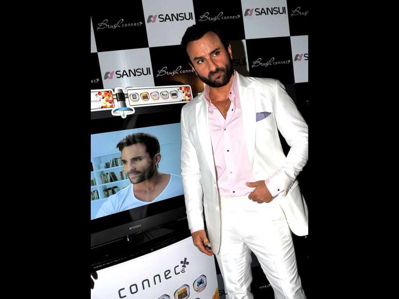 Saif looked handsome in a pearl white suit with a baby pink shirt. Laser lights which danced to the music made the show truly memorable. The sheen suits him!