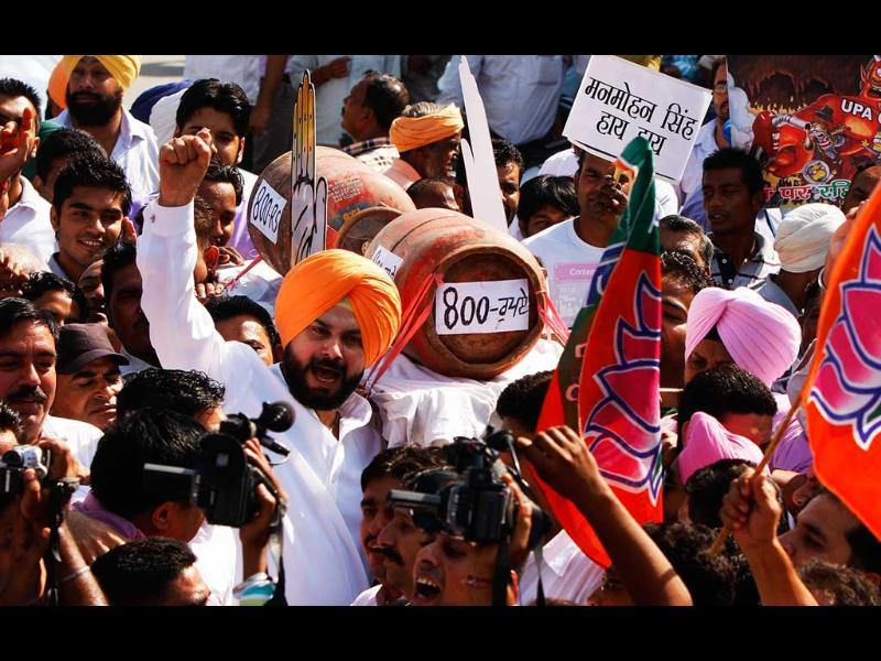 BJP MP and veteran crickter Navjot Singh along with his supporters raising anti UPA goverment slogans during Bharat Bhand in Amritsar. HT/Munish Byala
