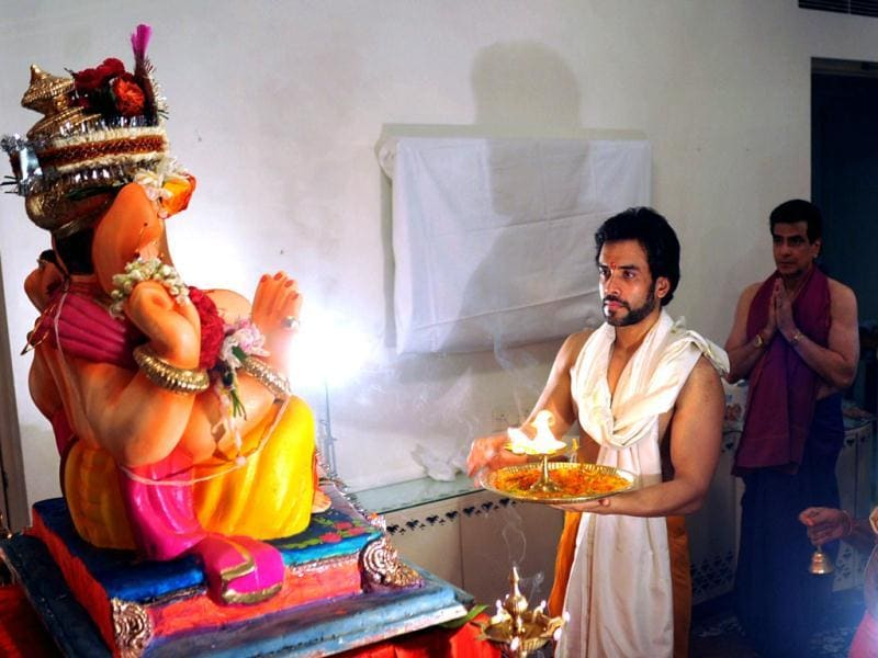 Tusshar Kapoor and his father Jeetendra offer prayers to Lord Ganesh during the festival. (AFP Photo)