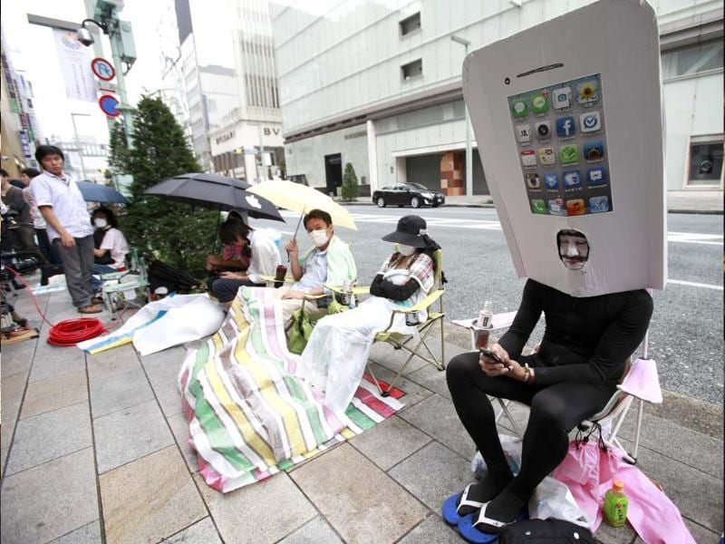 An iPhone fan waits outside an Apple Store to purchase Apple Inc's iPhone 5 in Tokyo's Ginza district. Reuters/Yuriko Nakao