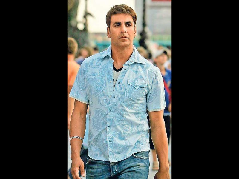 A TOUCH OF GOLD (2007): Getting experimental, Akshay shed his nonchalant look for golden hair in Namaste London. He continued to flaunt the look later as well.