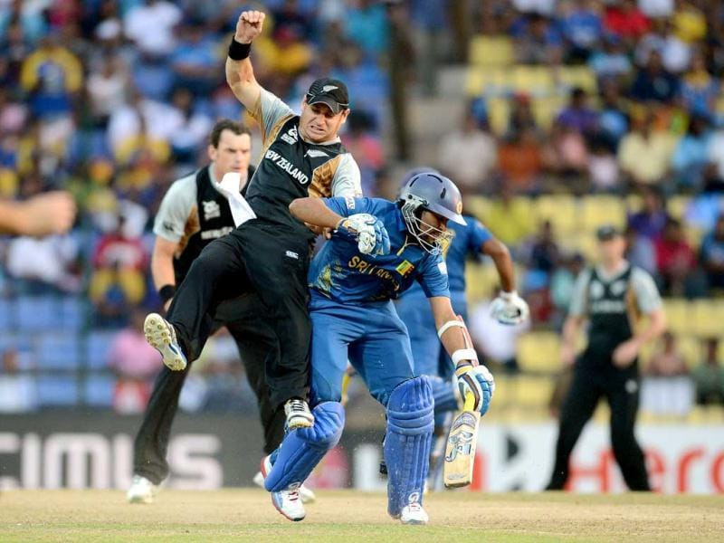 New Zealand cricketer Nathan McCullum (L) collides with Sri Lankan cricketer Tilakaratne Dilshan during the ICC Twenty20 Cricket World Cup's Super Eight match in Pallekele. (AFP Photo/Prakash Singh)