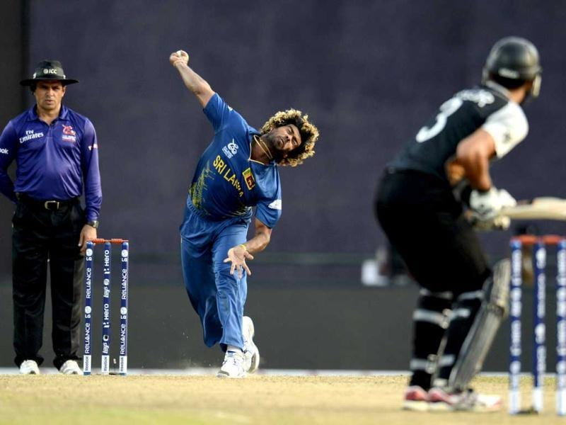 Sri Lanka's Lasith Malinga bowls to New Zealand's Ross Taylor (R) watched by umpire Aleem Dar during the Twenty20 World Cup Super 8 match against Sri Lanka at Pallekele. (Reuters/Philip Brown)