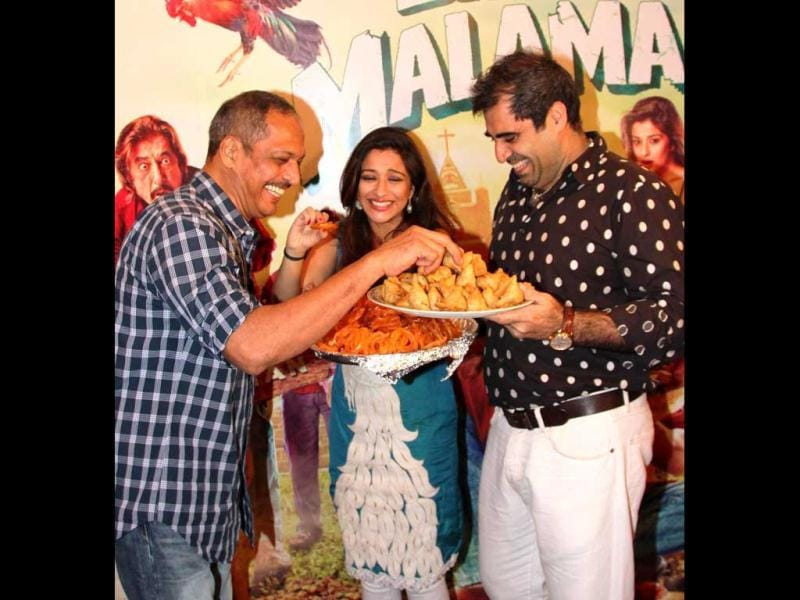 Bollywood actor Nana Patekar gorges over samosas along with Madhhurima and Shailendra Singh during the event. (UNI Photo)