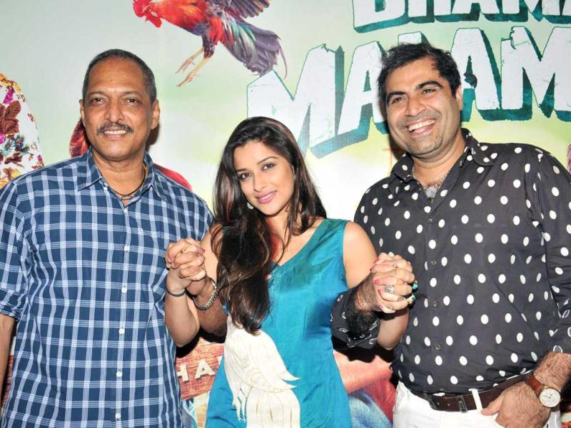 Bollywood actor Nana Patekar and Madhhurima with Shailendra Singh of Percept Pictures at a promotional event of Kamaal Dhamaal Malamaal, in Mumbai on Wednesday night. (UNI Photo)