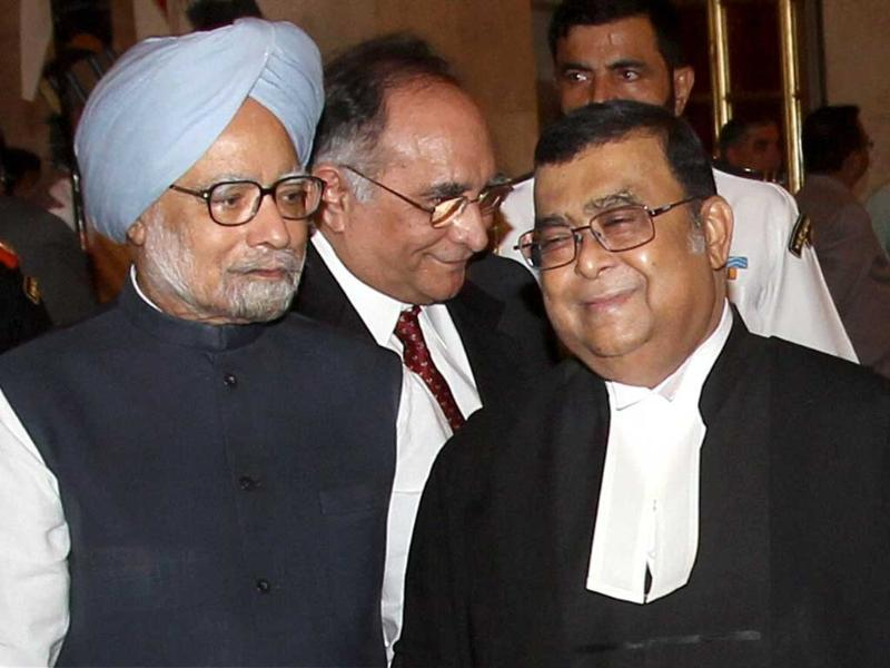 Prime Minister Manmohan Singh speaks with new Chief Justice of India Altamas Kabir at Rashtrapati Bhawan in New Delhi. Former Chief Justice SH Kapadia is also seen. PTI/Manvender Vashist