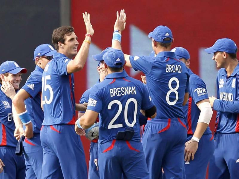 England's Steven Finn (3rd L) celebrates with his teammates after taking the wicket of New Zealand's Brendon McCullum during their Twenty20 World Cup Super 8 cricket match in Pallekele. Reuters/Dinuka Liyanawatte