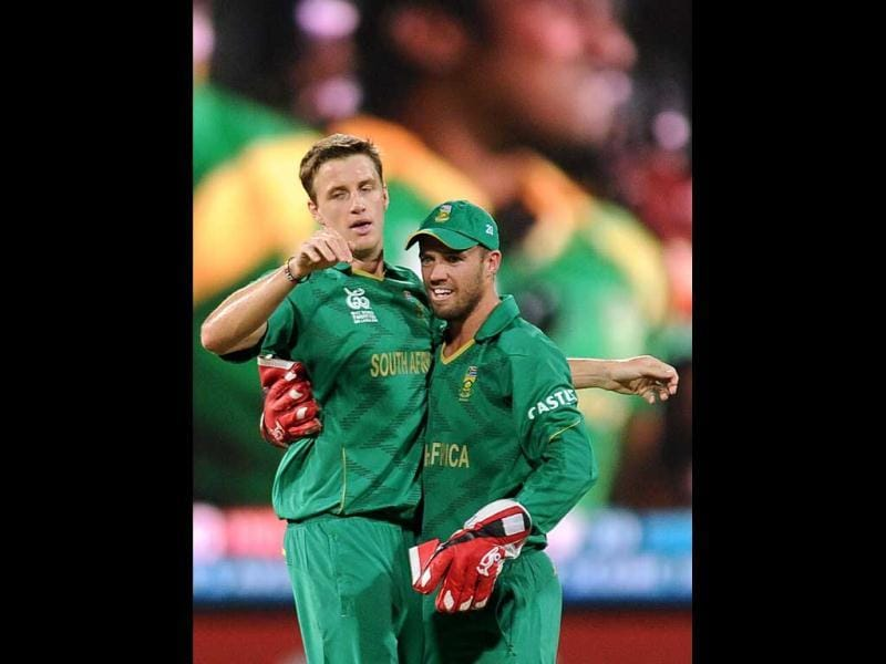 South African cricketer Morne Morkel (L) celebrates with captain and wicketkeeper AB de Villiers after he dismissed Gautam Gambhir during the ICC Twenty20 Cricket World Cup's Super Eight match between India and South Africa at the R Premadasa International Cricket Stadium in Colombo. AFP/Lakruwan Wanniarachch
